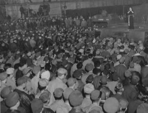 Marlene Dietrich performs for the soldiers of the 401st Bomb Group. Photo credit: http://www.remember-our-heroes.nl/